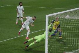 Dua gol Benzema mengantarkan Real Madrid puncaki klasemen Liga Spanyol