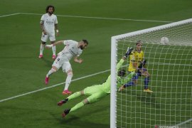 Dua gol Benzema antar Real Madrid ke puncaki klasemen Liga Spanyol
