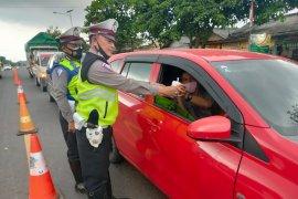 Polres Mesuji bagikan takjil  kepada pengemudi  Page 3 Small