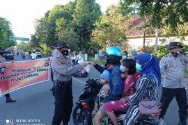 Sat Binmas Polres Sumbawa berbagi takjil sambil mengimbau prokes