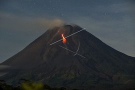 Gunung Merapi meluncurkan lava pijar sejauh 1,6 kilometer