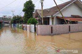 Hujan deras sebabkan air Sungai Sail  Pekanbaru  meluap hingga ke jalan