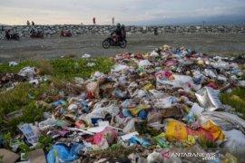 Penumpukan sampah di pantai wisata Talise Palu Page 1 Small