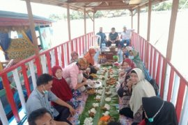 Sajian berbuka buka puasa di atas ketek kelilingi Danau Sipin
