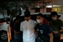 Munarman tiba di Polda Metro dengan mata ditutup dan tangan diborgol