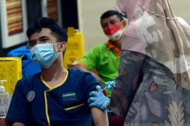Vaksinasi pekerja hotel dan restoran Lampung Page 2 Small