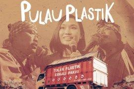 "\""Pulau Plastik\"", alarm darurat sampah plastik"