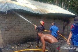 Akibat konsleting listrik, api berkobar dan menjalar hingga tiga unit rumah ludes terbakar di Dharmasraya