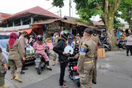 Meski keberatan dengan sanksi denda Rp100 ribu, warga Buktinggi tetap dukung protokol kesehatan