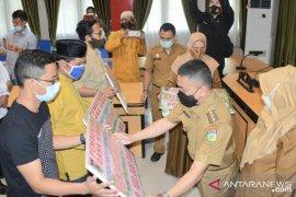Wali Kota Palu serahkan dana hibah pembinaan umat beragama dan Ormas
