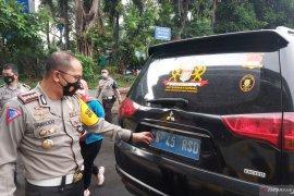 """Polisi periksa kejiwaan seorang pengemudi mobil berplat \""""Kekaisaran Sunda\"""""""