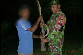 Warga kembali menyerahkan senjata api ke Satgas Pamtas RI-Timor Leste