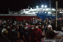 Penumpang kapal malam Kendari-Raha berdesak-desakan demi pulang kampung