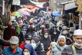Kepadatan Pasar Tradisional Jelang Idul Fitri