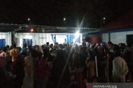 Penumpang kapal malam rute Kendari-Raha Sultra desak-desakan untuk mudik