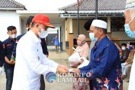 Bupati Lampung Barat serahkan bantuan insentif guru ngaji