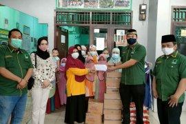 Barikade Gus Dur Lampung bagikan paket sembako ke panti asuhan