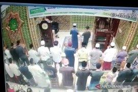 Viral, seorang pria pukul imam sedang pimpin salat di Pekanbaru