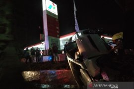 Minibus nyungsep ke selokan depan Pertamina Rabam usai isi bahan bakar