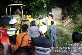 Usai longsor, lalu lintas jalan lintas barat Riau-Sumbar mulai normal