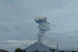 Gunung Sinabung kembali erupsi, semburkan abu vulkanik setinggi 2.800 meter