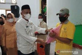 Pemkot Baubau beri THR dan beras kepada petugas kebersihan