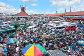 Lima hari jelang Lebaran,  pengunjung Terminal Simpang Aur Bukittinggi membludak