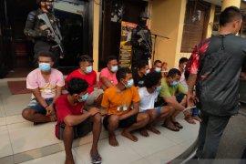 Polisi menemukan pesawat nirawak dan senapan saat merazia Kampung Ambon