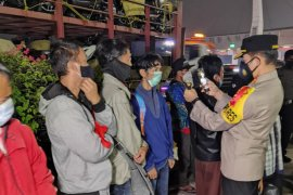 Larangan mudik, polisi amankan truk pengangkut motor yang bawa 10 pemudik di Tangerang