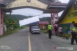 Ratusan kendaraan dipaksa putar balik di perbatasan Banggai