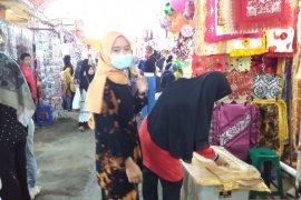 Jelang Lebaran toko pakaian di Pasar Raya Solok ramai pembeli
