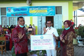SMPN 5 Padang serahkan bantuan sosial puluhan juta rupiah jelang Lebaran