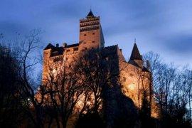 Bukan gigitan vampir, wisatawan ke kastil Drakula dapat bekas suntikan