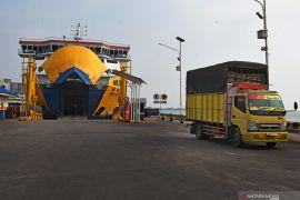 Selama masa pengendalian transportasi,  dermaga dan kapal di Merak-Bakauheni dikurangi