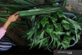 Pengrajin cangkang ketupat pandan