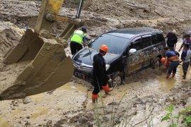 Polda Aceh kerahkan Brimob bersihkan longsoran