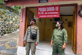 Warga Yogyakarta menerima tamu Lebaran wajib lapor Posko PPKM Mikro