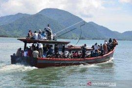 Aktivitas Penyeberangan Warga Pulau Belanja Sembako
