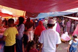 H-1 Lebaran pengunjung  pasar tradisional Durian Tinggi Pasaman membludak
