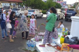 Pedagang bunga di TPU Kota Palembang \'panen\' saat Lebaran ini