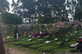 Di Jakarta, peziarah tetap ke TPU Malaka meski sudah dilarang