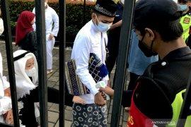 Thousand Jakartans perform Eid al-Fitr prayer at Al Azhar Mosque