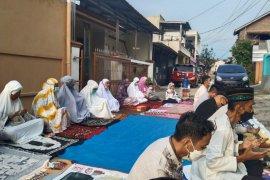 Warga Bandarlampung laksanakan Shalat Id dengan tetap prokes