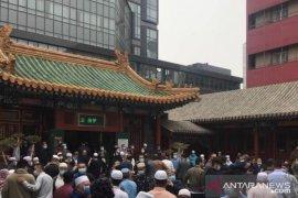 Jamaah Shalat Idul Fitri di China membludak meluber hingga halaman