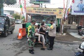 Pospam dan pos penyekatan di KLU bagikan masker ke warga