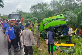 Dua orang luka akibat bus terbalik di Jalintim
