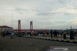 Petugas Satgas COVID-19 usir pengunjung dan pedagang kaki lima di BKB Palembang