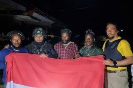 Tiga anak buah KKB Lekagak Telenggen serahkan diri ke Yonif 715 MTL