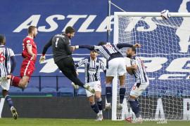 Alisson cetak gol, bawa Liverpool pangkas jarak  dari empat besar