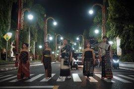 Desainer Athan Siahaan ajak generasi muda untuk mencintai Tenun Nusantara